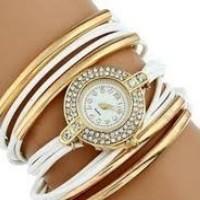 Strasszal díszített, fonott hatású női karkötő-óra, fehér