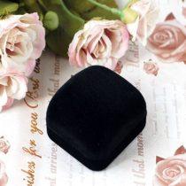 Fekete, műanyag ékszerdoboz
